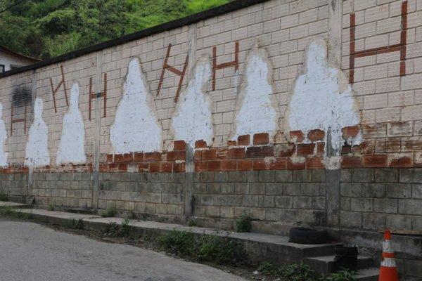 Mural en el lugar de la masacre de 16 jóvenes en el corregimiento a manos del Estado, en 1996